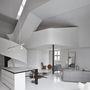 A koncepció bár kissé szürreális, mégis jól működik együtt az első szinten található nyitott terű nappali és az étkező, a második emeleten található hálószoba és az egészet összekötő hatalmas, spirális lépcső.