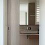 Tágas és világos fürdőszoba Melbourne ipari negyedében.