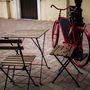 Hol egy piros kanapé, hol egy bicikli csalogatja be a vevőket.