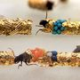 Nem hittük volna, de van, aki rovarépítészként  van elkönyvelve a művészvilágban. Mint például a Dél-Franciaországból származó Hubert Duprat, aki  molylepkék lárváit, azaz a tegzeseket használja fel ékszerei előkészítéséhez.