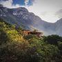 A három, kétszintes blokkból álló eldugott családi fészket ugyanis Mexikó észak-nyugati részére, az El Jonuco domboldalra tolták be a tervezők.