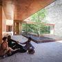 Mexikói cédrus gerendát használtak a vörös betonhoz a tervezők.