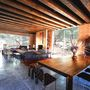 A második résznél található a bejárat, a vendégszobák, míg a harmadik szárny ad helyet a nappalinak és az étkezőnek.