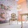 Hoschek számára készült ez a biedermeier bútorokkal berendezett szoba, mely jól passzol a tervező romantikus ruháihoz