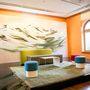 Vesna Mohr jelmeztervező festménye, a legszebb hegyek címet viseli. Előtte a Bene bútorai. A kanapé 3000 euró ( 900.000 Ft kb) kapható