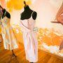 Lena Hoschek ruhái a posztmodern fal előtt