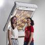 A Monokom két német lány, Isabella Striffler és Madeleine Cordier munkája. A fotoszenzorok érzékelik, hogy süt a nap, a roló bezáródik, és megszűri a fényt. A motor, amely a szerkezetet mozgatja a nap energiáját használja fel.