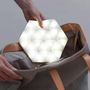 Az összehajtható, háromszögekből álló, LED-es megvilágítást kapott termékre feltételezhetően gyorsan lecsapnak majd azok, akiket a félhomály gondolatától is kiver a víz.