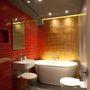 Az építész csapat a 24.2 millió forint felújítás alatt együtt dolgozott a munkásokkal,  a teret kortárs bútorokkal, modern konyhával illetve egy arany mozaikokkal kirakott fürdőszobával dobták fel, de egy-két dolog, mint például a konyha csempéje illetve a nappaliban elhelyezett tükrök utalnak a helyiség eredeti szerkezetére.