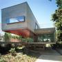 Mathias Klotz 2000-ben 2000 négyzetméteres területre tervezte 570 négyzetméteres házát Buenos Airesben, kilátással a Parana folyó illetve az Urugay folyó torkollatának nevezett Ríó de la Platára.