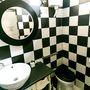 A fekete-fehér jól illik a fürdőbe, ráadásul bármilyen harmadik szín feldobja.