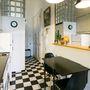 A konyha keskenységét a tükör és a fekete-fehér padló ellensúlyozza