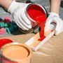 A festéket érdemes kiönteni egy műanyag tálkába, ez lehet akár nagyobb tejfölösdoboz, de akárfestékboltban kapható tálka is