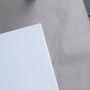 A teljesen natúr, kezeletlen asztalokat selyemfényű zomácfestékkel festették be