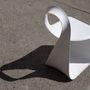 Ezúttal a brooklyni székhelyű, de japán származású tervező, Takeshi Miyakawa tette magáévá az ikonikus formát egy egyetlen szálból, folyamatos megszakítás nélkül készült székkel.
