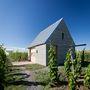 """""""A borkóstolókhoz készülő teraszt négy kisebb kunyhó és a terület sarkában egy kilátó építmény egészíti ki."""