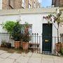 Eladó a világ egyik legkisebb háza London egyik puccos, észak-londoni részén, Islington környékén.