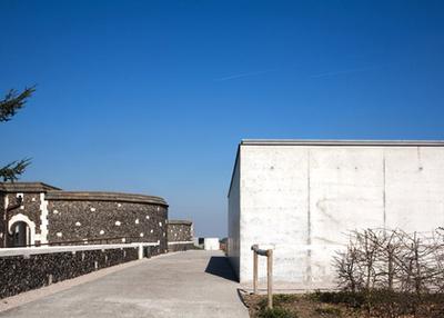 """Az egyik oldalról a közeli falu, Passchendaele templom tornya látható, míg a másik irányból a temetőre és a csatatérre látunk rá.""""- mondják munkájukról az építészek."""