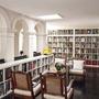 Naná, hogy könyvtárszoba is jár egy ilyen kastélyhoz.