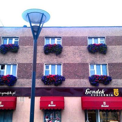 Ez pedig egy egységes, virágokkal felturbózott varsói ablak együttes.