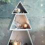 A Cox & Cox nemcsak sziluettet árul, hanem ilyen karácsonyfa alakba összerakható három részes polcrendszert is. A praktikus és mutatós bútorra bármilyen karácsonnyal kapcsolatos kiegészítőt tehetünk a hógömbtől az égőkön át a gyertyákig. Egy ilyen ünnepi sarok garniturárért 45 fontot, körülbelül 19.883 forintot kérnek az üzletben.