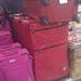 Egymás hegyén-hátán vannak a bőröndök az Auchanban. Nem valami szép látvány...