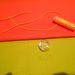 Most jöhet a lezárója. Varrja tetszőleges helyre a gombot, majd utána a ragasztóval ragassza fel a gumiszalagot.