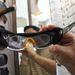 Direkt olyan kialakítású, hogy dioptriás napszemüveg is lehet belőle sportoláshoz.