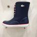 A Lacoste gumicsizma kék változata az Office Shoes kínálatában.