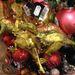 Vagy akár tradicionális karácsonyi dinoszauruszt is rakhat a gömbök mellé.