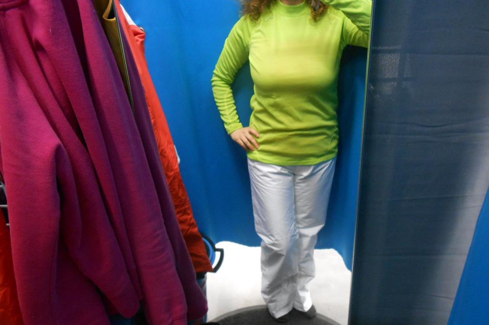A nadrág lehetne más színű és fazonú, de nem az.