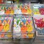 Kis színes díszek a Müllerben. Húsvét után jöhetnek a pillangók 965 forintért.