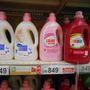 Az Auchanban is nagyon sok folyékony mosószer van, ellenben saját márkás öblítőt nem találtunk. Kár.