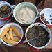 """""""Terepen azt esszük, amit a helyiek. Nagyon népszerű a majomhús és a kígyó. Itt a képen: kígyóhús, fufu (manióka liszt vízben főzve), sült platán banán, pirított hernyó, füstölt huszold szószban."""