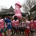 A szerzetesek és a közönség együtt cipeli a pink péniszt Kawasakiban.