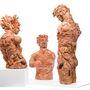 A közelmúltban több művészt is megihletett a műanyag játékok, elsősorban a babák végtagjainak újrahasznosítása és annak témája.