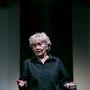 Szikár öreg nő, fekete ingben.