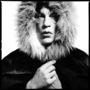 Mick Jagger 1964-ben pózolt szőrmekapucniban David Baileynek.
