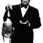A színész Alfred Hitchcockként. Az eredeti képet Albert Watson lőtte a rendezőről 1973-ban.