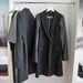 Ehhez a kabáthoz nagyon hasonló darabbal rukkolt elő a DKNY. Jó, az biztos más anyagból van és több mint 17 ezer forint.