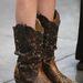 Taylor Swift cowboy csizmája: Swift többek közt country énekesnő, neki simán el lehet nézni