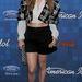 Jennifer Lopez hasat villant túl rövid felsőjében: mondjuk a kockás kabátka külön cikket érdemelne...