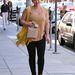 Hilary Duff sárga rojtos táskával: hozzá kell öltözni.