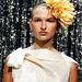 Egyes számú nem is annyira furcsa trend: hatalmas virágok a hajban. Azért utcára nem vállalnánk be a Marc Philippe Coudeyre Studio modelljének fejdíszét.