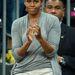 A First Lady szürkében és fehérben szurkol a kosárlabdacsapatnak.