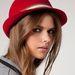 A kalap egy divatos kiegészítő, ami megvéd a napsugárzástól. (Bershka - 3995 Ft)