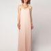 Hogy ne csak testresimuló legyen: a retró nőiesség jegyében egy púderszín pliszírozott ruha a Bershkából 13995 forintért