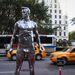 New York: ezüstös giccs néz a sárga taxik után. Egyszerre emlékeztet az Oscar szoborra, és a Fonyódi móló végén található