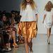 Karen Walker aranyszoknyát és túlméretezett sapkát tervezett 2013 nyarára