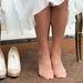 Kevesebb cipőt hozott, mint ruhát. Egy pár több sorozaton is feltűnik. Az mondjuk nem újdonság, hogy rajong a natúr színű lábbelikért.